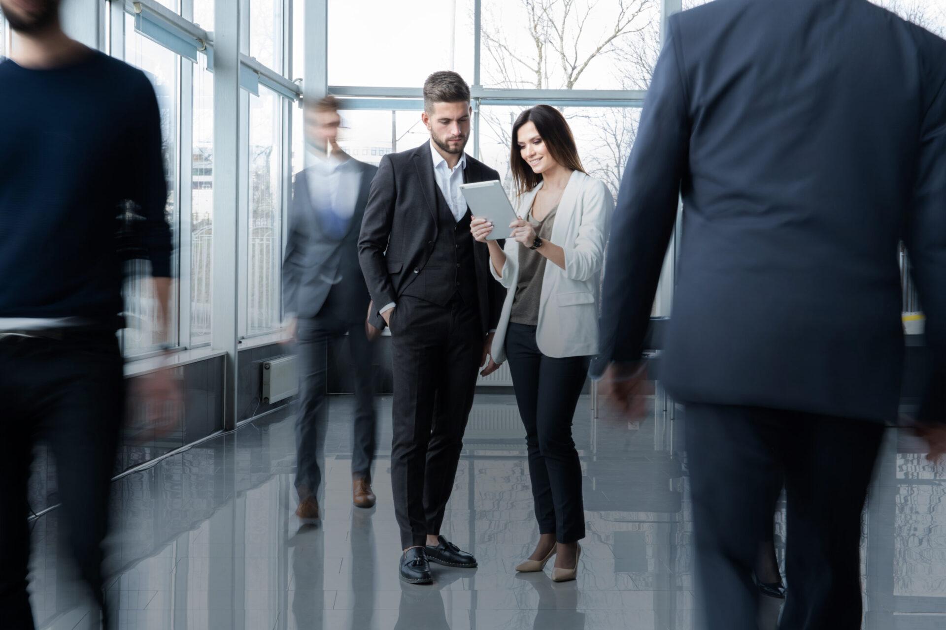 Anzugträger mit Frau im Unternehmen