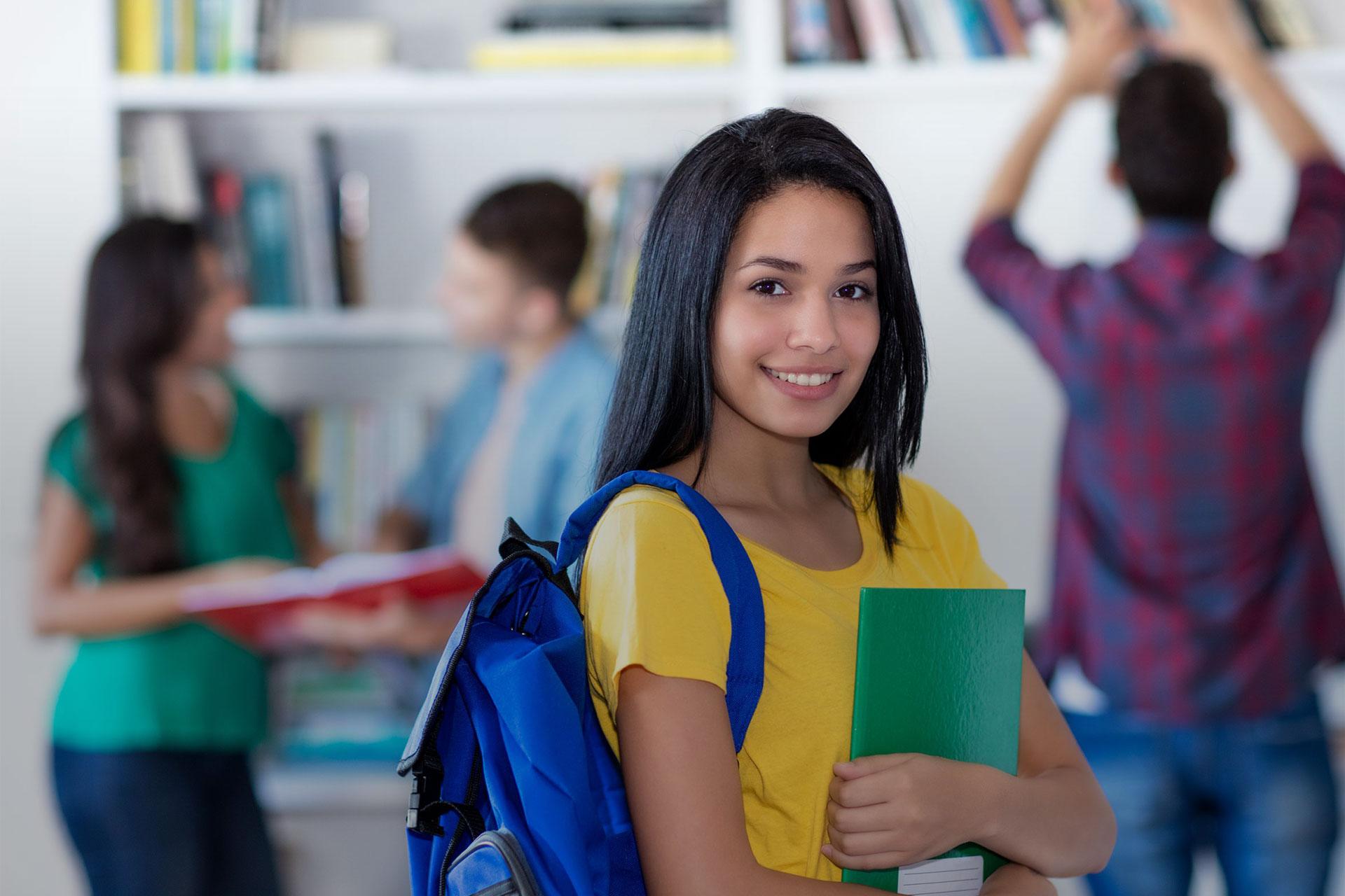 junges Mädchen mit Rucksack auf dem Rücken