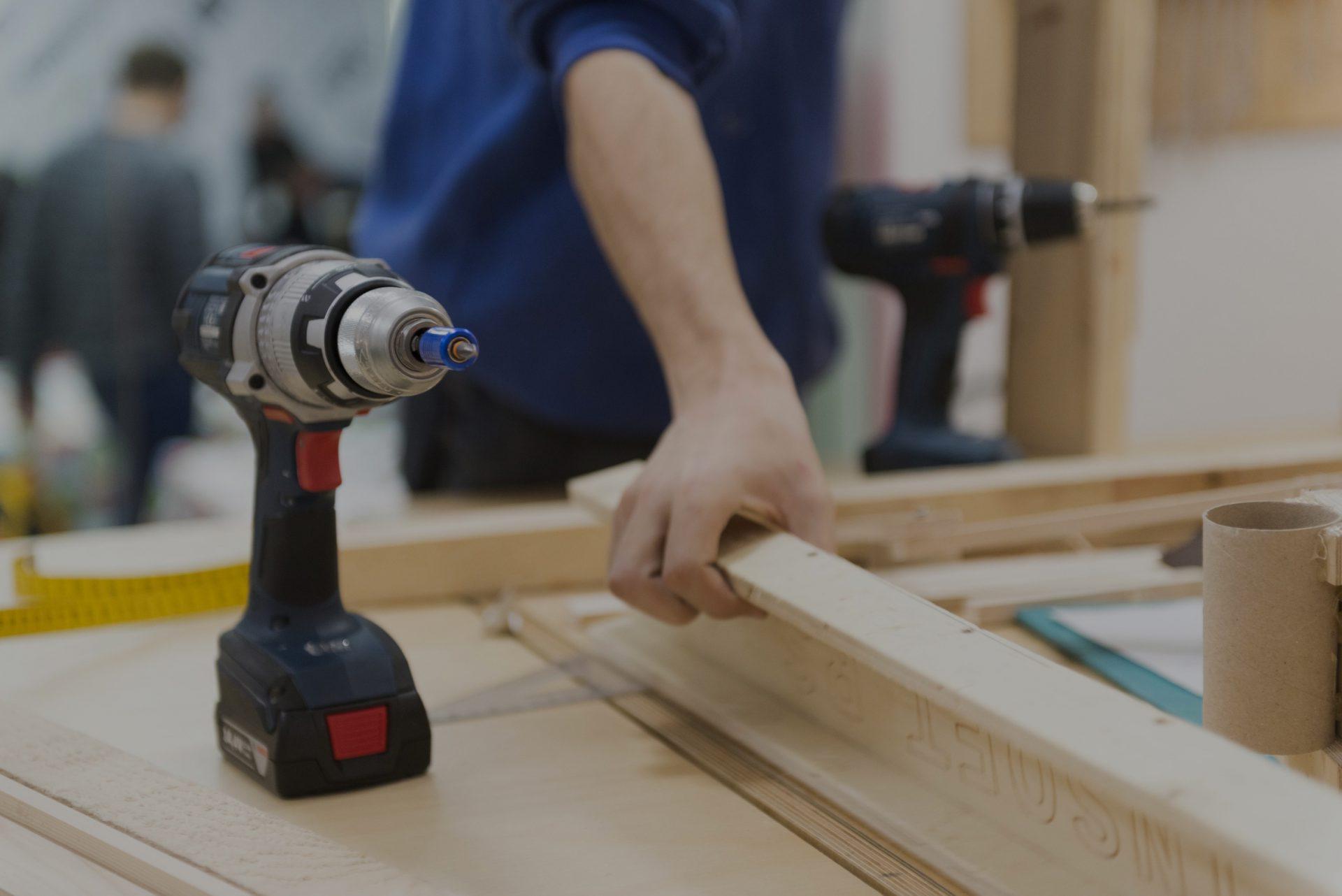 Handwerker mit Akkubohrmaschine für Holz